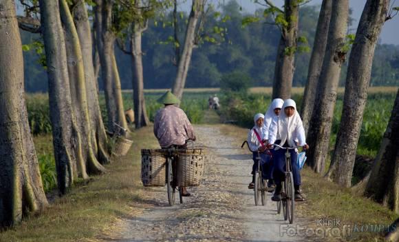 bersepeda di kampung