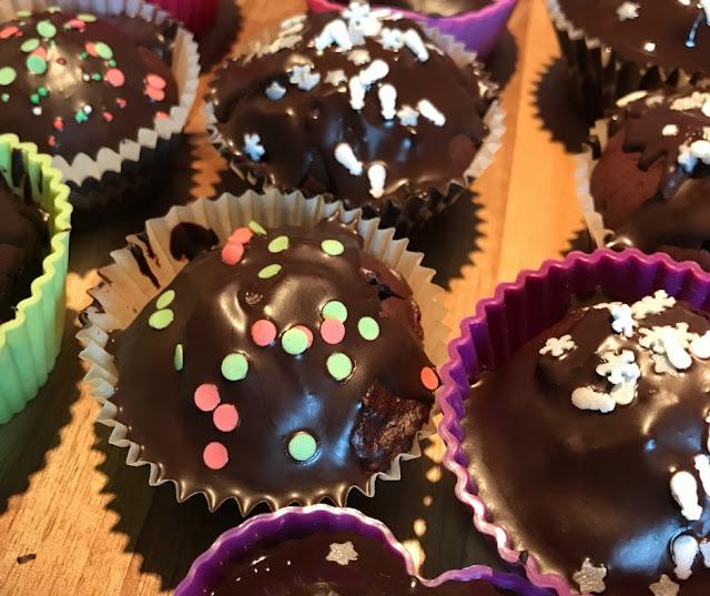 Schokoladen Muffins mit Glasur und bunten Streuseln