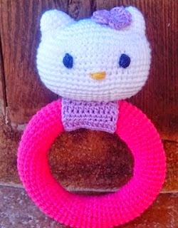 http://www.crochet-fan.es/2014/04/patron-sonajero-hello-kitty.html