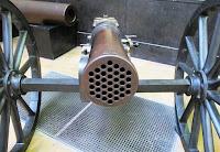 Tekerlekli eski bir mitralyöz silahı