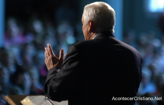 Pastor predicando en iglesia