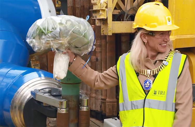 Робот-толстяк DFR-1500, оказался очень галантным, поблагодарив мэра Кристину за торжественный запуск букетом цветов