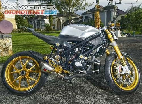 Foto Modifikasi Honda Tiger dengan sokbreker Ohlins depan-belakang comot bawaan Ducati 1098. Yang depan tipe upside down, sedang yang belakang lengkap dengan mono arm. rangka disusun ulang menyesuaikan bentuk buntut baru yang lebih langsing