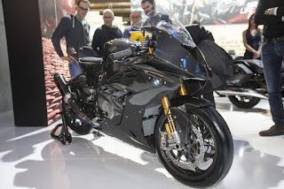 salah satu produsen otomotif dunia berkelas premium yakni BMW Motorrad kembali melakukan  Pamerkan BMW HP4 Race Karbon Keren Mega Galeri