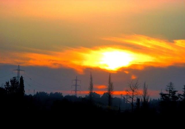 Niebo tuż po wschodzie słońca w Tel Awiwie (Izrael)