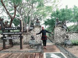 Lis Chava di gerbang Pulau Menjangan