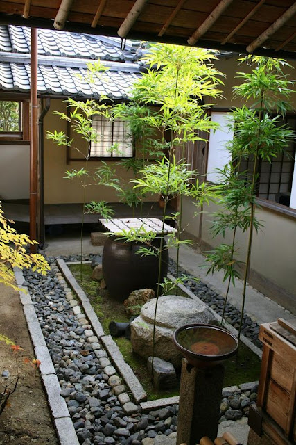 Contoh desain taman minimalis jepang atau taman zen dengan hiasan patung dan pohon bambu