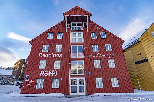 Casas rojas en el muelle de Tromsø - Noruega, por El Guisante Verde Project