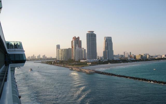 Blick auf Miami beim Auslaufen vom Hafen mit der Jewel of the Seas in Richtung Karibik