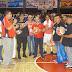 El licenciado Pedro Suarez de la fundación Doña Rosa entrega útiles deportivos