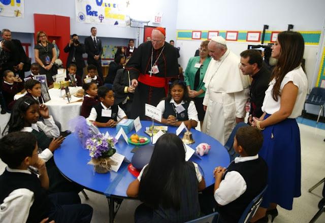 Francisco visitó una escuela en Harlem: sonrisas, cantos, regalos y selfies 0925-papa_francisco_escuela_g1.jpg_1853027552