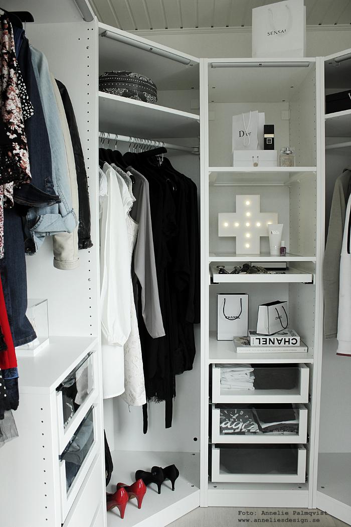 walk in closet, wic, chanel, svart och vitt, svartvit, svartvita, cirkuslampa, cirkuslampan, cirkuslampor, vitt, vit, vita, annelies design, inredning, öppen garerob, webbutik, webbutiker, webshop, kläder, garderober, garderob, ikea,