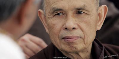Thich Nhat Hanh (Nhất Hạnh, en vietnamien, Thích étant un titre), né Nguyễn Xuân Bảo le 11 octobre 1926 à Thua Thien (VietNam Central), est un moine bouddhiste vietnamien militant pour la paix.