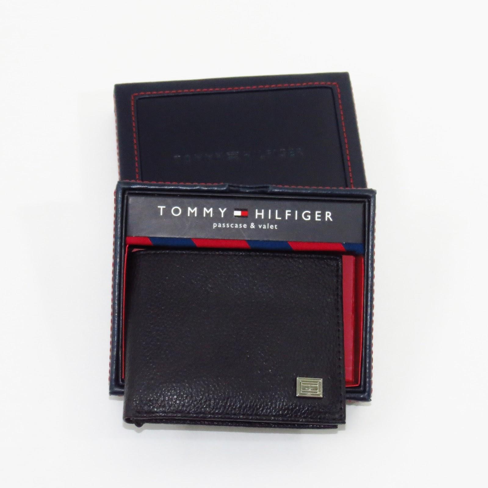 0b78745f0 Modelo 03- Carteira Tommy Hilfiger em couro preto com placa TH na cor prata.