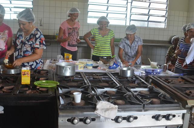 Mulheres participam de curso gratuito de produção de ovos de chocolate em Cacoal