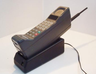 ponsel pertama motorola