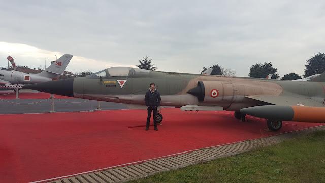 Harun İstenci Lockheed F-104 Starfighter uçağının yanında. İstanbul Havacılık Müzesi.