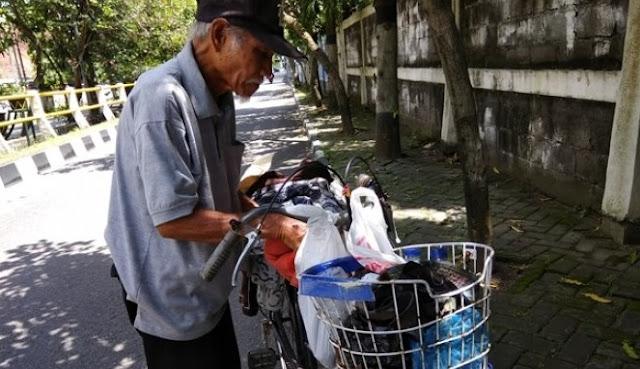 Kisah Pilu Kakek Penjual Baju Bekas