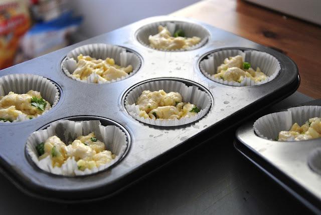 Jeweils 3-4 Teigstücke in die Muffinförmchen geben