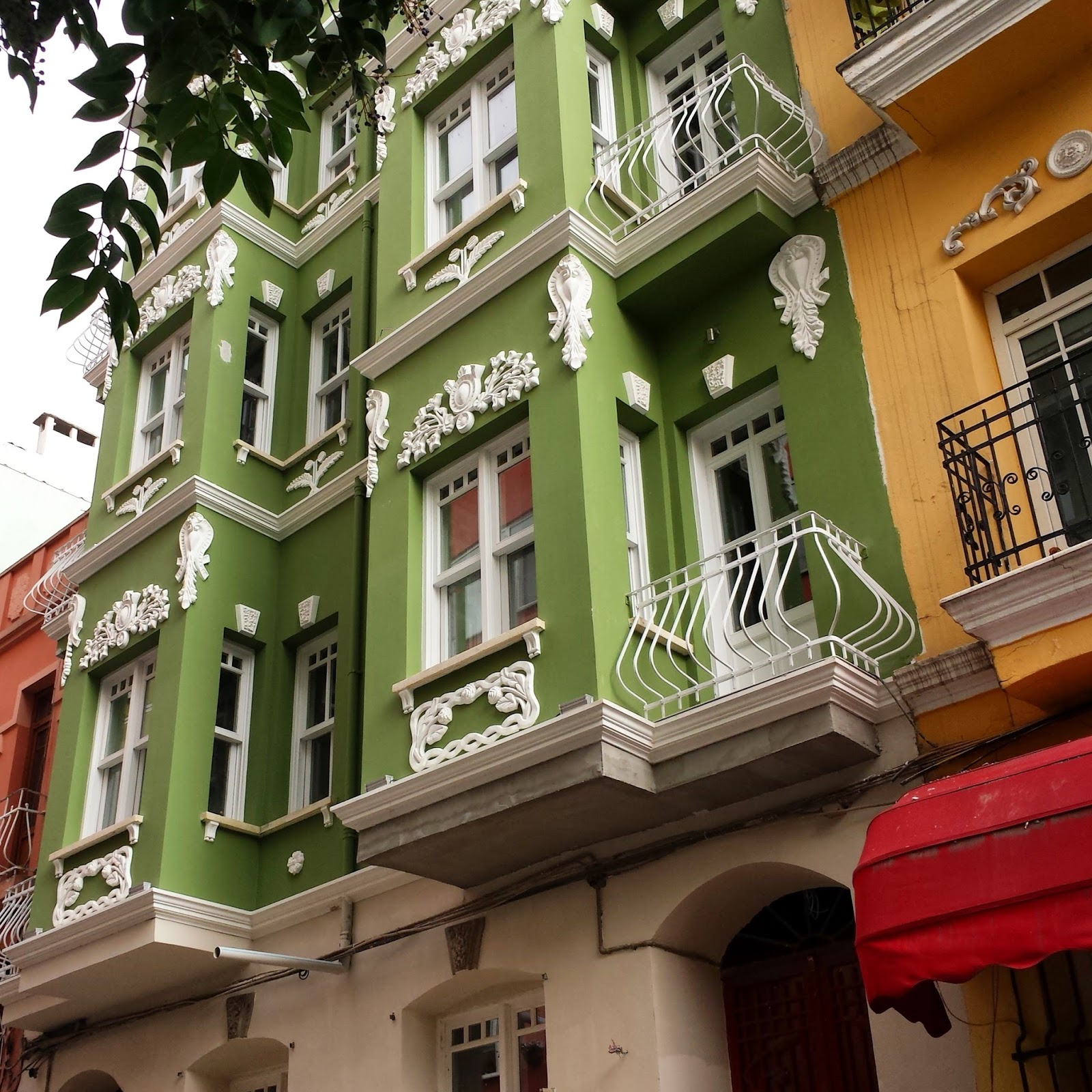 Visting Istanbul for the first time, Colorful buildings in Cihangir Istanbul  |  Postcard from Istanbul on afeathery*nest  | http://afeatherynest.com