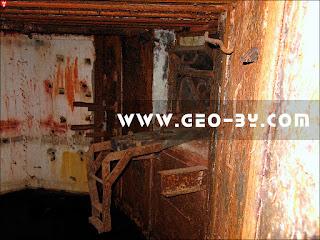 Внутри ДОТ-а №82. Амбразура. Сохранившийся станок ПС-31 системы Горносталева
