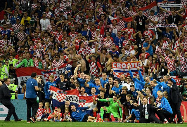 Kroasia merayakan momen bersejarah ini bersama suporternya (bola.okezone.com)