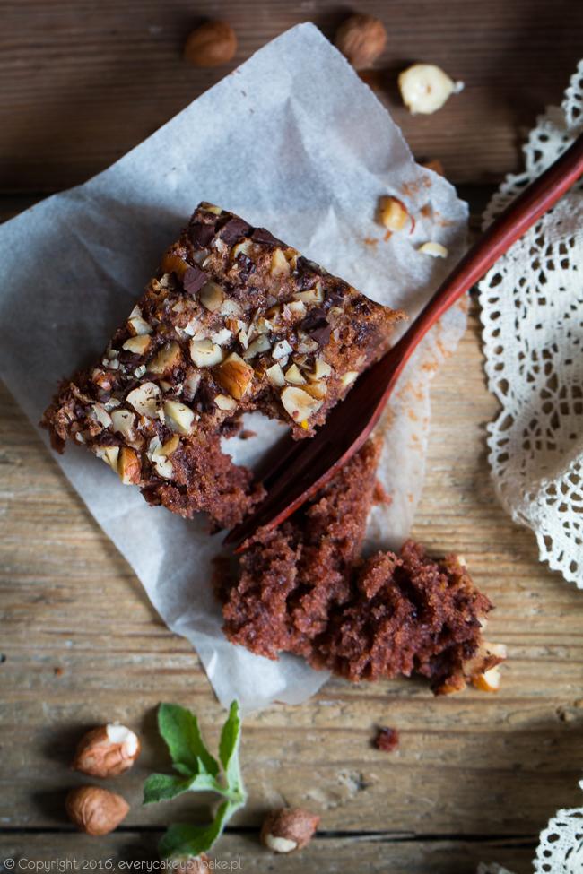 wilgotne ciasto czekoladowe z cukinią i orzechami
