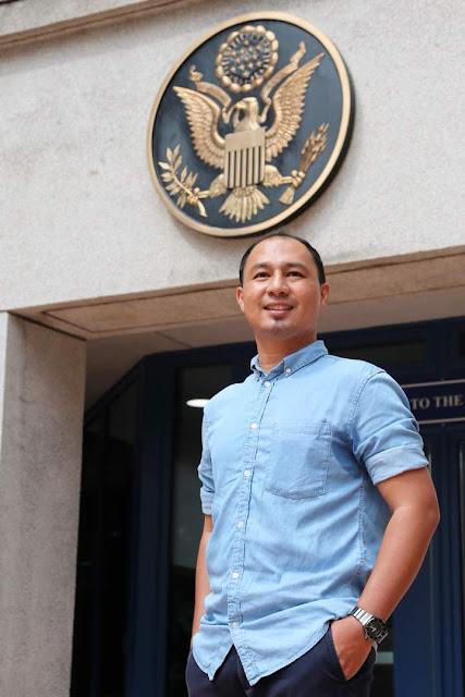 Cikgu Hailmi gah berdiri depan Kedutaan Amerika Syarikat