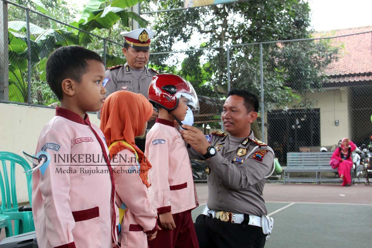 Berani Tanya ke Anggota Polisi, Tiga Anak TK Alfurqon Ambal Dapat Hadiah Helm