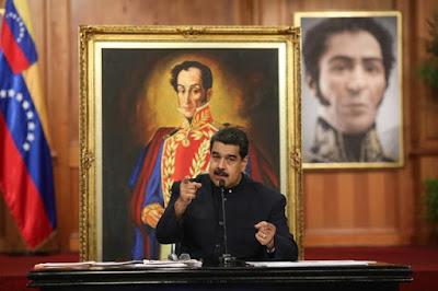 """El presidente de Venezuela, Nicolás Maduro, llamó hoy a dos dirigentes de la opositora Mesa de la Unidad Democrática (MUD) a una """"reunión pública"""" para conversar luego de las elecciones de gobernadores celebradas el domingo, en las que el chavismo gobernante arrasó con 17 de las 23 plazas en disputa."""
