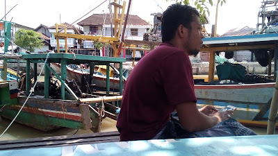 Ngeblog Di Warkop Pinggir Kali Ditemani Kapal Penangkap Ikan