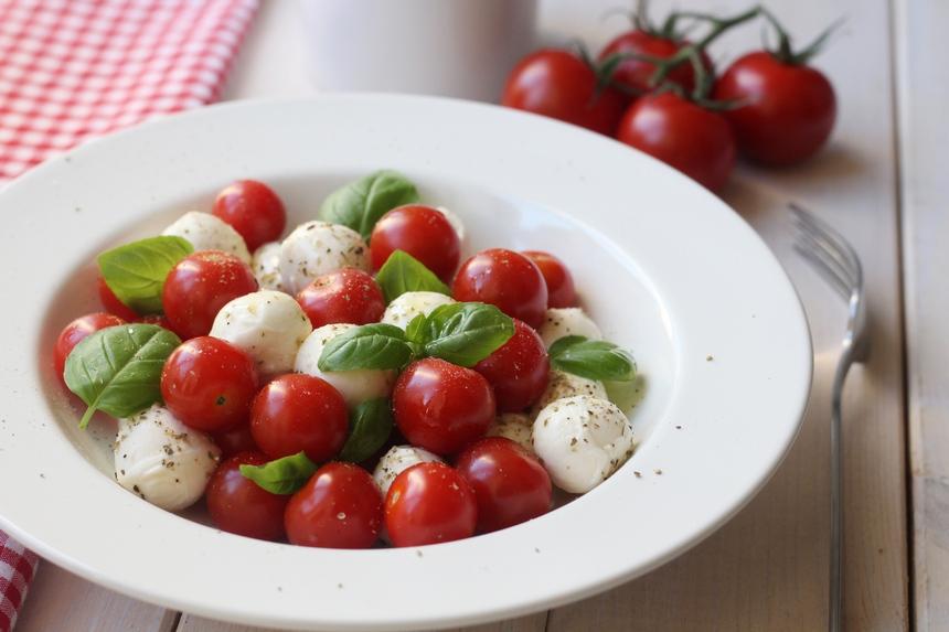 чери домати, бейби моцарела, босилек