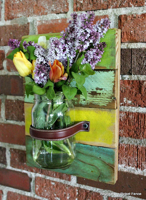 wall vase, scrap wood, pallets, canning jar, mason jar, vase, paint, reclaimed, upcycled, DIY,http://bec4-beyondthepicketfence.blogspot.com/2016/05/mason-jar-wall-vase.html