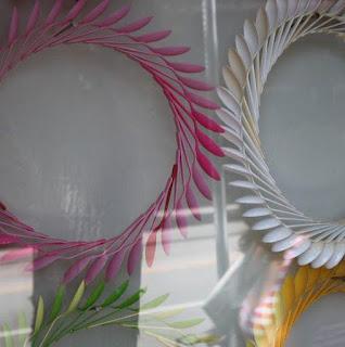 manualidades hechas con cucharas de plastico recicladas