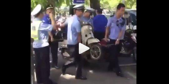 Tak Mau Ditilang, Emak-Emak Digotong Sama Motornya