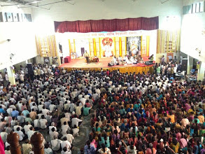 Thousands-of-Shraddhavans-gathered-to-catch-a-glimpse-of-their-beloved-Sadguru-Aniruddha-Bapu-at-Satsang.