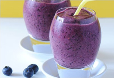 Blueberry Brain Boost Smoothie.  Bahan: Jus apel segar, pisang, blueberry, raspberry, kacang walnut.