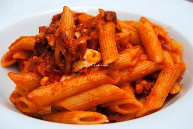 Macarrones con salsa de tomate, chorizo, jamón y mozzarella