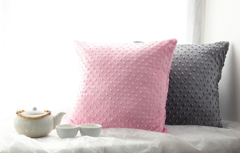 polštář šedý a růžový