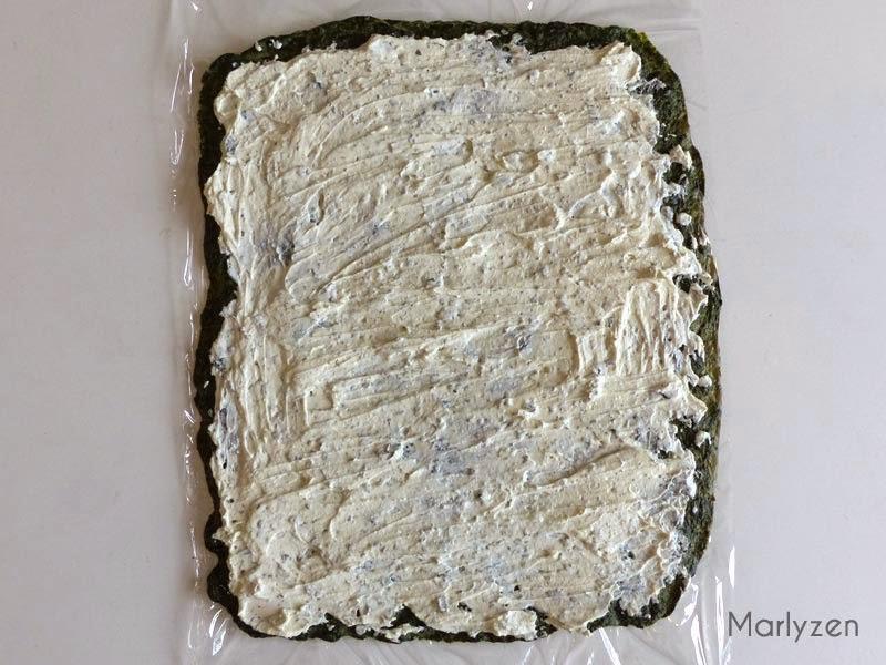 Etalez le fromage ail et fines herbes.