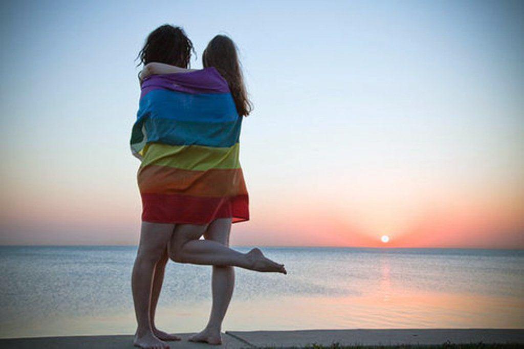LGBTfobia faz com que 80% dos casais do mesmo sexo não demonstrem afeto quando viajam