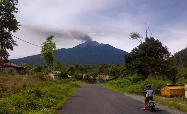 gunung kerinci kembali semburkan abu vulkanik