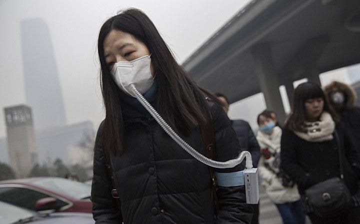 Китаянка на улице Пекина с фильтром для воздуха