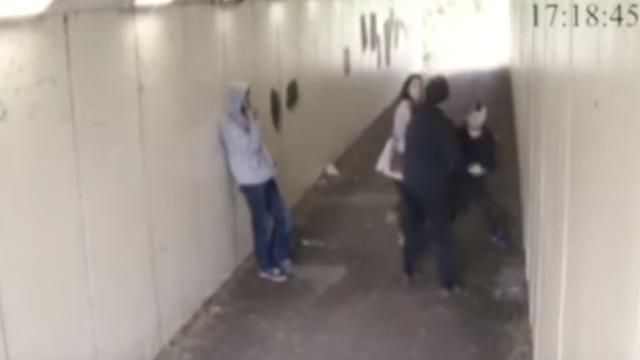Un joven golpea a dos sujetos que molestaron a su novia