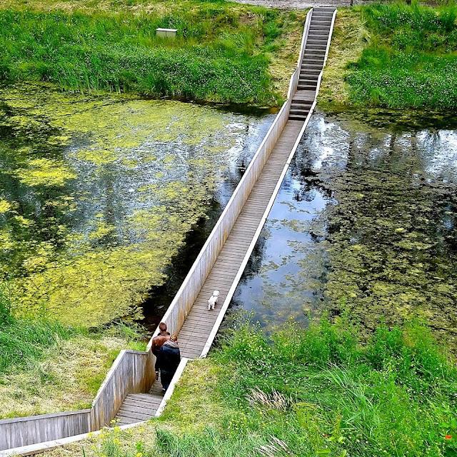 cây cầu đi bộ chìm xuống lòng sông