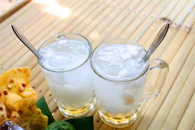 Cara membuat es kelapa muda segar untuk keluar tercinta