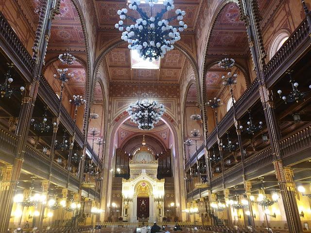 פנים בית הכנסת הניאולוגי