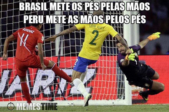 Meme Derrota do Brasil frente ao Perú na Copa América – Brasil mete os pés pelas mãos, Peru mete as mãos pelos pés.