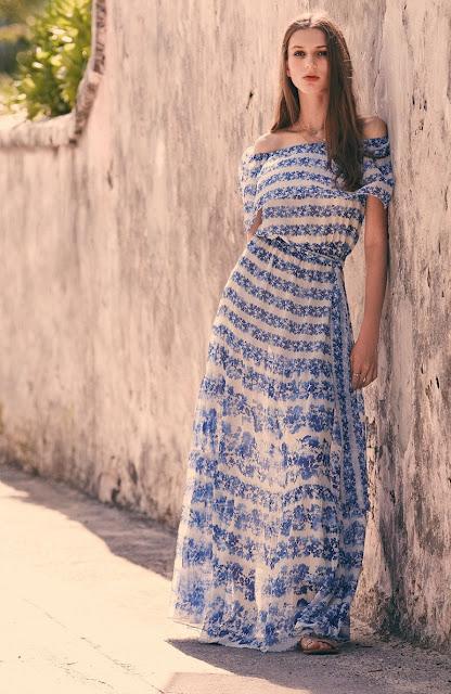 Платье в сине-белую полоску с открытыми плечами