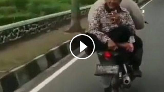 VIDEO: Lakukan Hal Ekstrem, Kakek Yang Usianya Sudah Senja Ini Bikin Heboh Jalanan